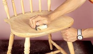 KROK II - Szlifowanie powierzchni starego krzesła